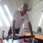Antônio Teixeira fazendo Long Stretch no Reformer