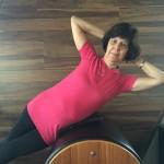 Eliane Grimaldi fazendo flexão lateral no barril