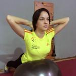 Gabriela Arruda fazendo extensão na bola